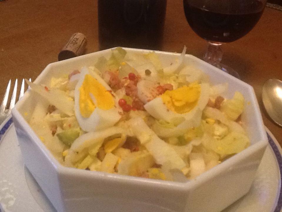 Салат из эндивия с грудинкой и яйцами