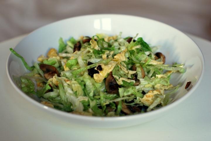 Азиатский салат с яичными блинчиками